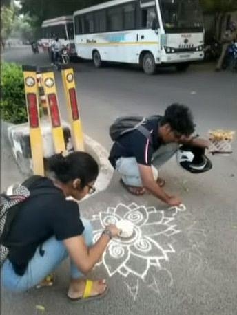 கோலம் போடும் காயத்ரி