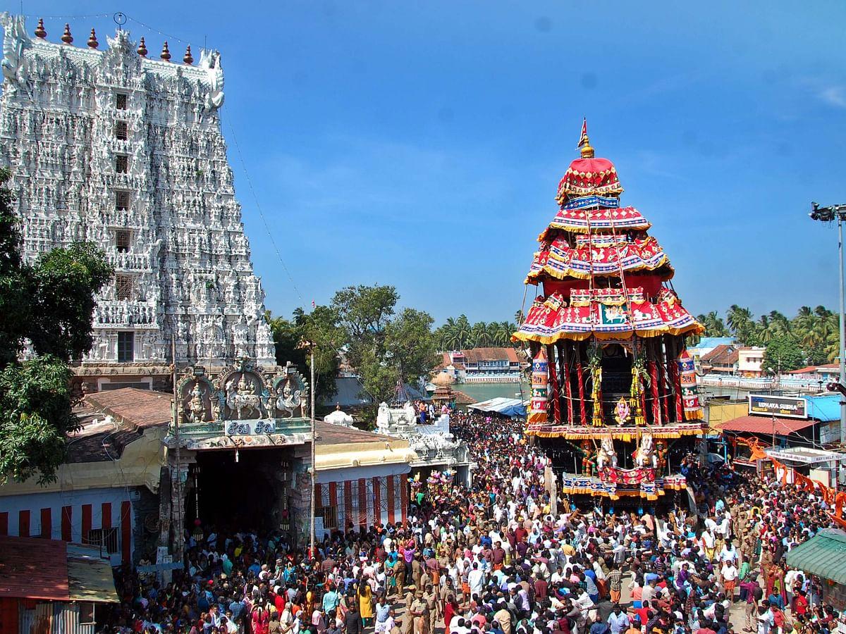 செல்ஃபி, நீர் மோர், குழந்தைகள் கலாட்டா... ஊர் கூடி தேர் இழுக்கும் மகத்தான திருவிழா! #VikatanPhotoStory