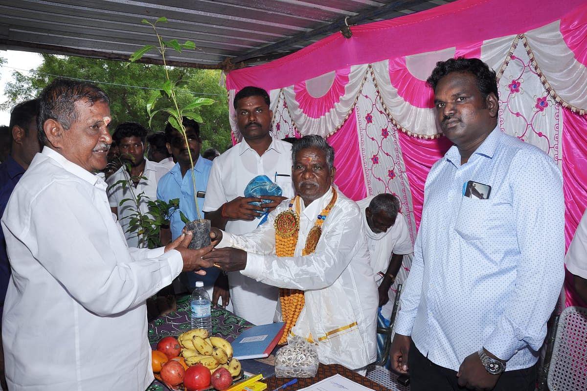 பதவியேற்வு விழாவில் மரக்கன்றுகள் வழங்கும் கந்தசாமி