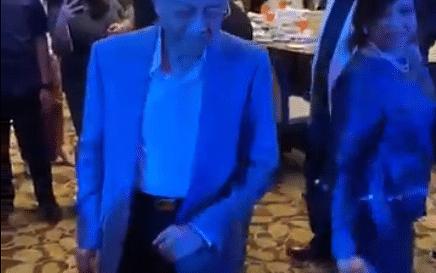 குழந்தை நளினம்... குட்டிக் குட்டி ஸ்டெப்ஸ்... மகளோடு மலேசியப் பிரதமரின் 'க்யூட்' டான்ஸ்! #Viralvideo