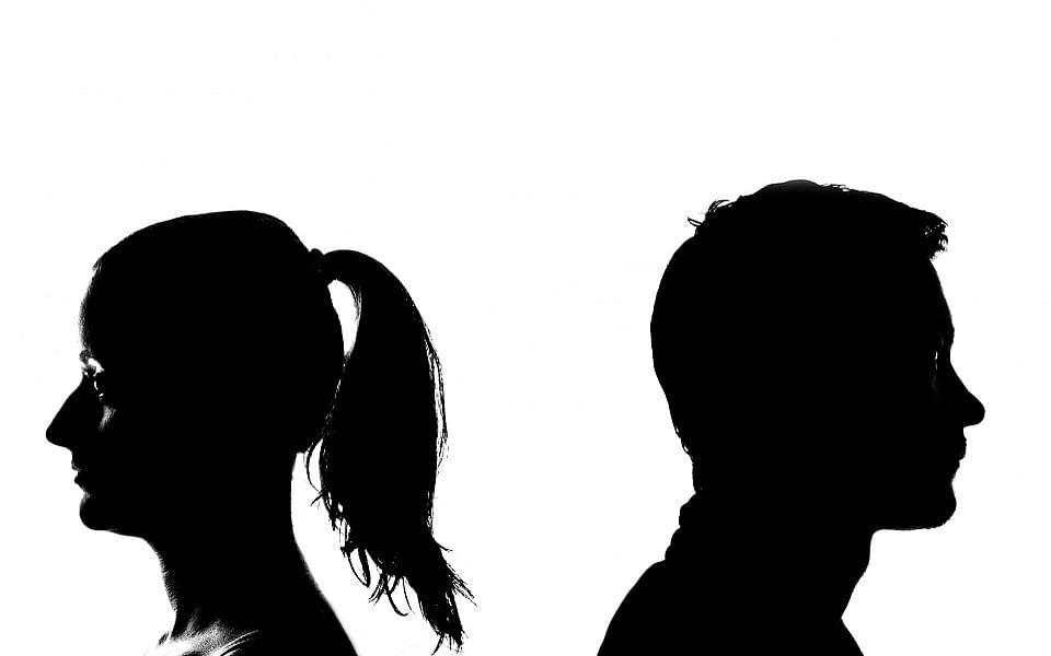`வாட்ஸ் அப் காதல்...திருமண நிச்சயம்!'- இளைஞருக்கு அதிர்ச்சிகொடுத்த 40 வயதுப்  பெண் சிக்கிய பின்னணி