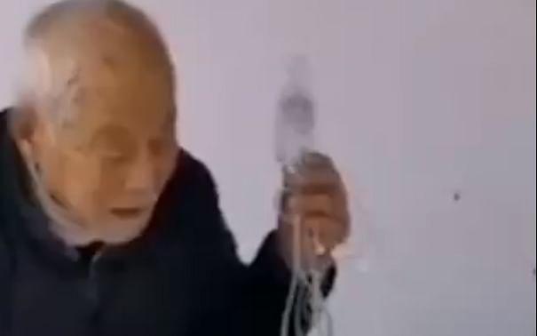 `இதுதான் உண்மையான காதல்!' - கொரோனாவுக்கு எதிராகப் போராடும் வயதான தம்பதி