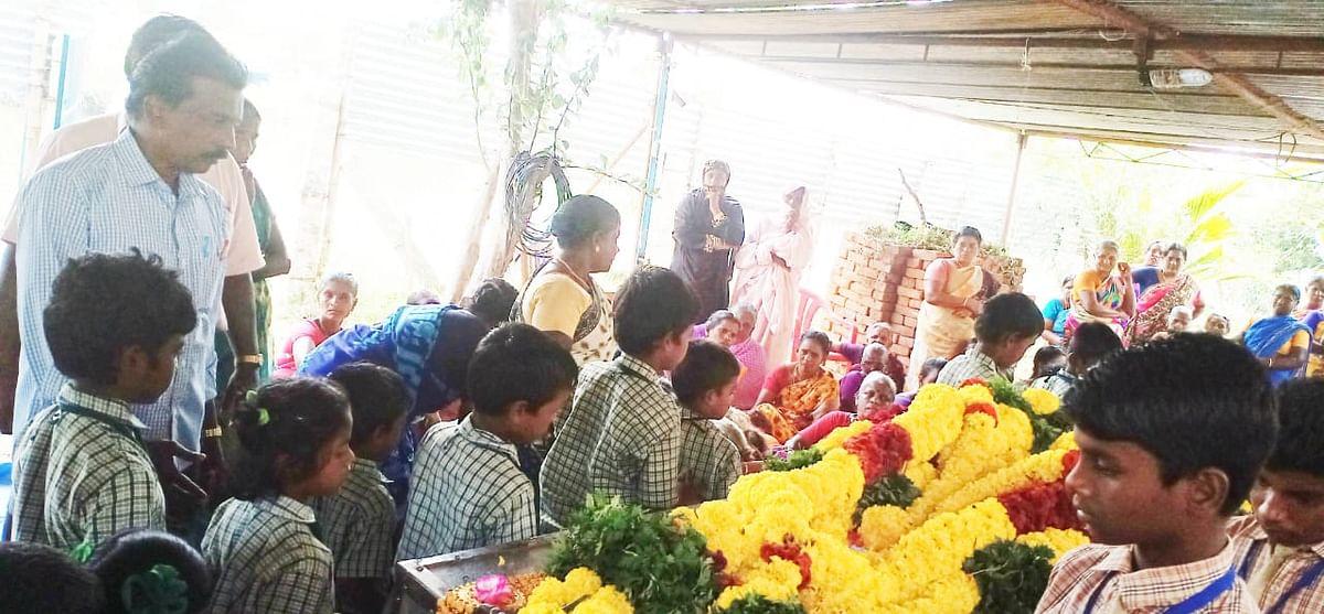 அஞ்சலி செலுத்தும் மாணவர்கள்