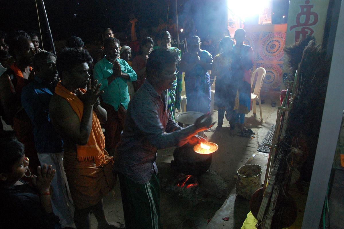 இறக்கி வைக்கப்பட்ட காவடிக்கு மக்கள் பூஜைகள் செய்து வழிபடுகின்றனர்