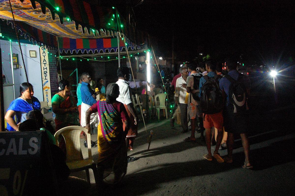தேசிய  நெடுஞ்சாலையில் பயணிக்கும் பக்தர்களை வரவேற்கும் மக்கள்.