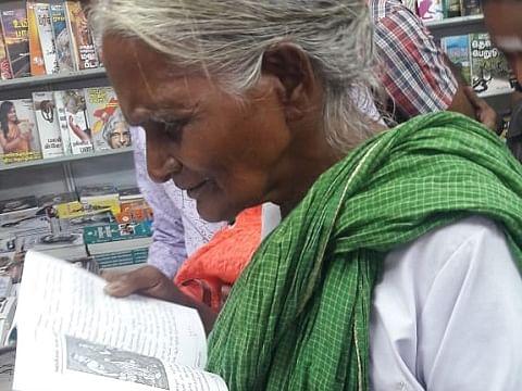 `நிறைய புத்தகங்கள் கிடைச்சிருக்கு!' - நெல்லை வைரல் பாட்டியை நெகிழ வைத்த ஆட்சியர் #BookFair