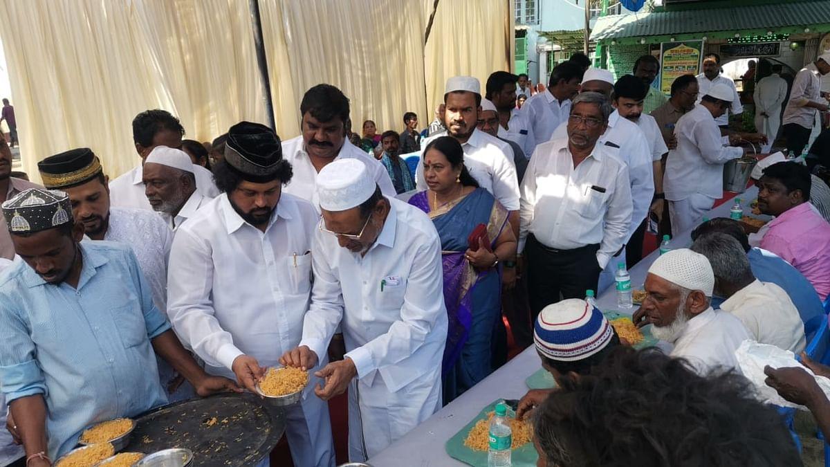 பிரியாணி வழங்கும் எம்.பி. முகமதுஜான்