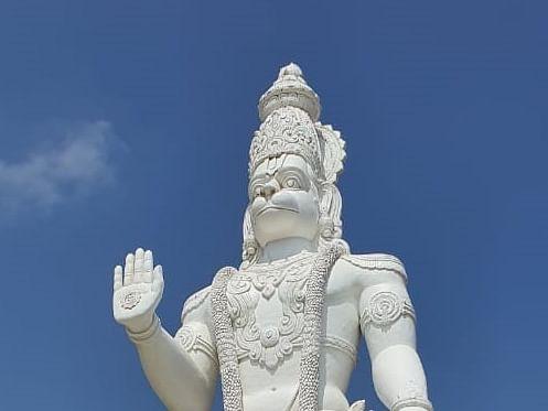 `54 அடி உயர சிலை!' - `எடிட்டர் மோகனின் `அனுமன் ஜங்ஷன்' பட வெற்றியால் உருவான கோயில்