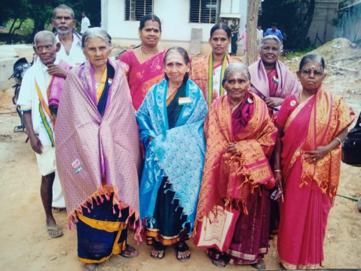 பிற தியாகிகளின் வாரிசுகளுடன் இந்திரா