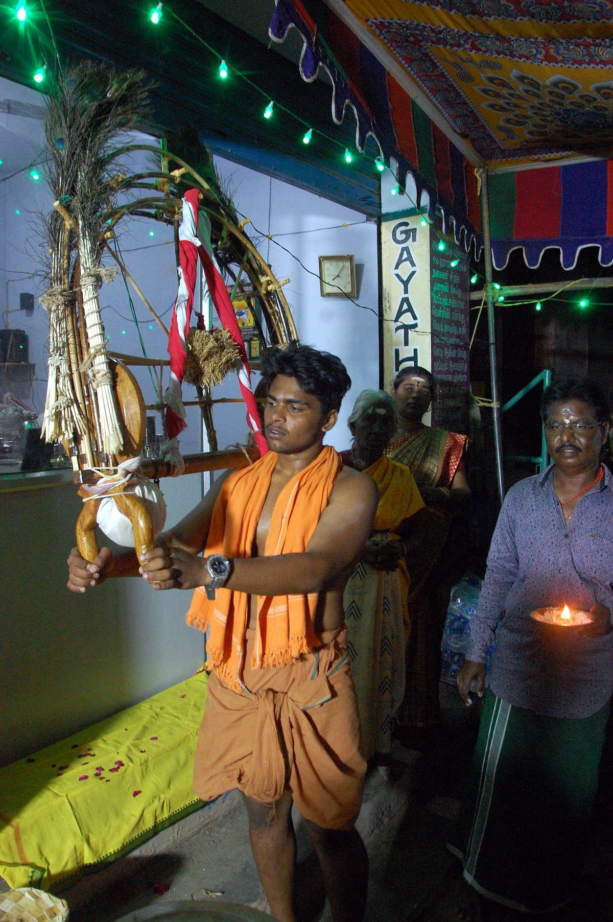 பூஜை, உபசரிப்புகளுக்கு பின்னர் மீண்டும்  காவடியை சுமந்து பயணிக்கும் பக்தர்.