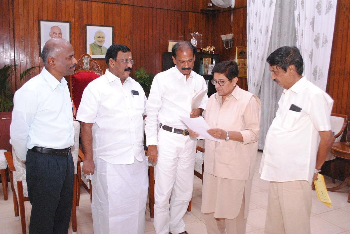 துணைநிலை ஆளுநர் கிரண் பேடியுடன் பா.ஜ.க நியமன எம்.எல்.ஏக்கள்