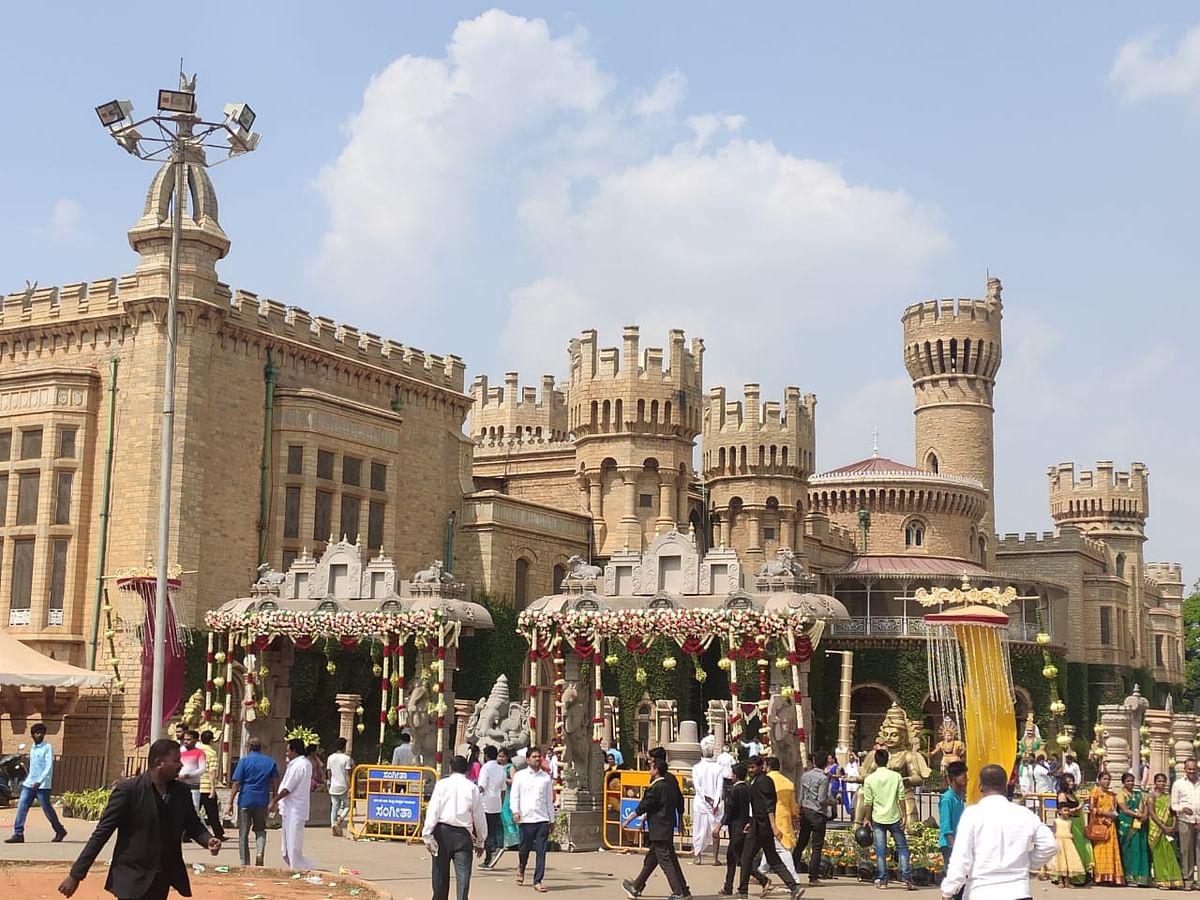 `பாகுபலி செட்; 4 ஏக்கர் மணப்பந்தல்!'- பிரமாண்டமாக நடந்த கர்நாடக அமைச்சர் மகள் திருமணம் #PHOTOS