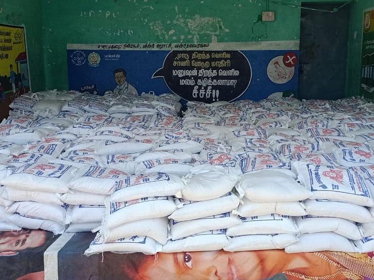 `1,000 குடும்பங்களுக்கு தலா 10 கிலோ அரிசி!' -சிவகங்கையில் 3 கிராம மக்களை நெகிழ வைத்த தொழிலதிபர்