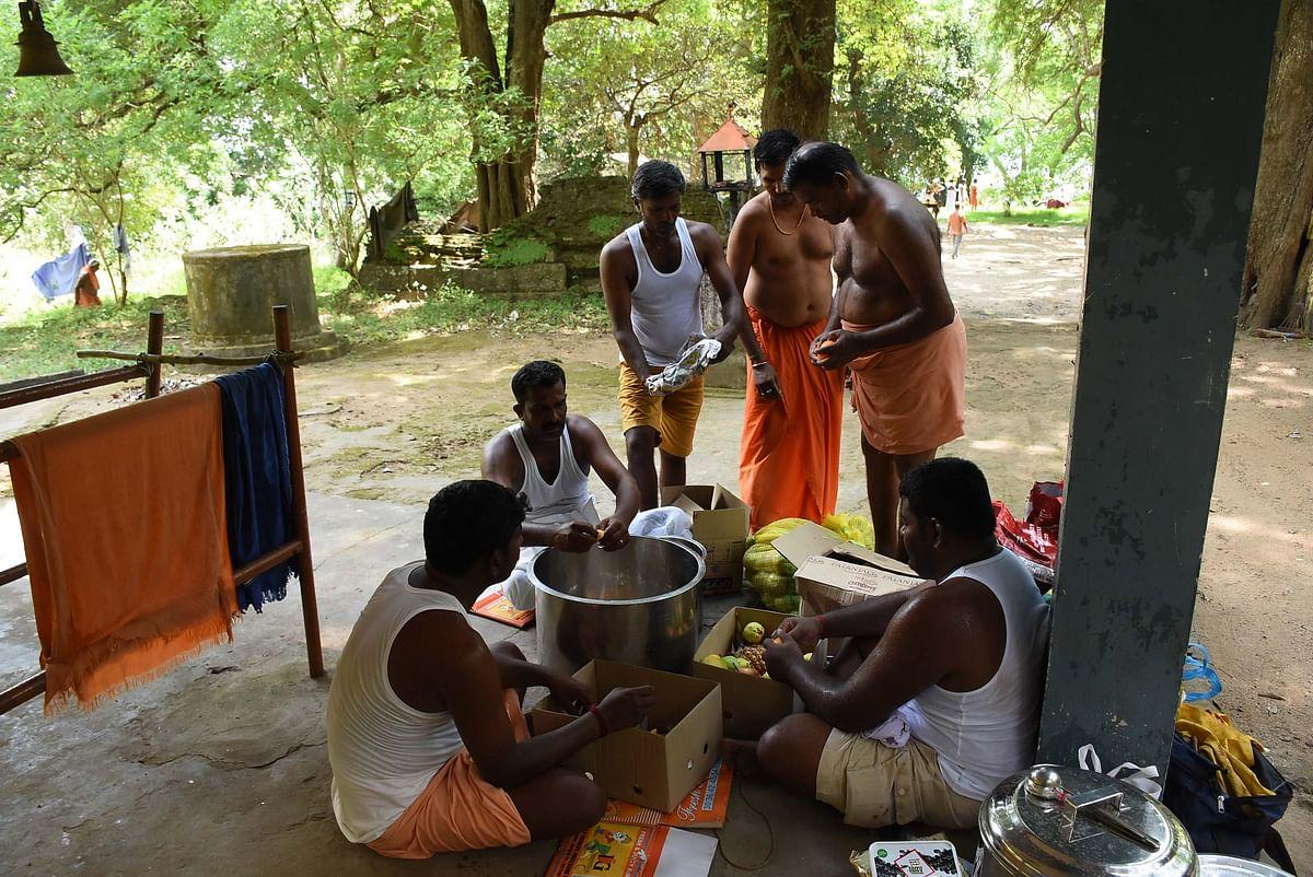 பஞ்சமிர்தம் தயாரிப்பு.