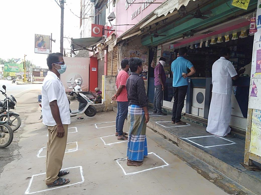 `லத்தியைக் காட்டிய போலீஸார்; மெடிக்கல் ஷாப் வாயிலில் கட்டம்!' - தஞ்சை நிலவரம் #Lockdown21