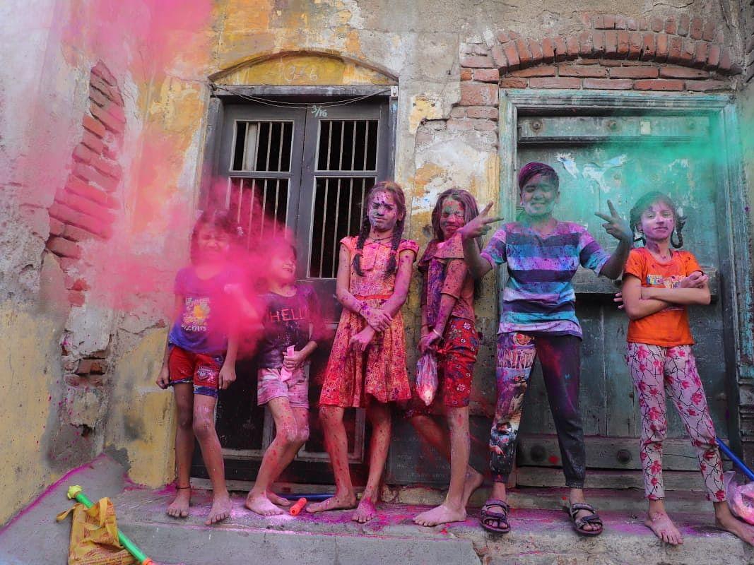 காற்றில் கலர் பொடிகள்; ஊரெங்கும் உற்சாகம்... இது சென்னையின் ஹோலி கொண்டாட்டம்! #PhotoAlbum