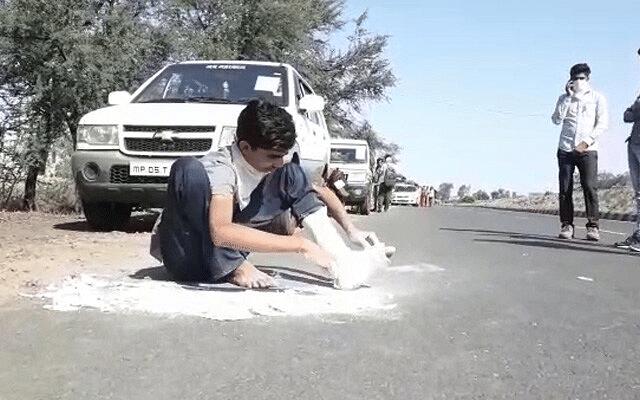 `உடைந்த கால்களுடன் 240 கி.மீ நடைப்பயணம்!' – ஊரடங்கு உத்தரவால் கலங்கும் ராஜஸ்தான் இளைஞர்