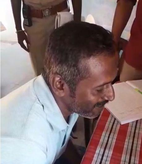 வீடியோ காலில் மகிழ்ச்சியோடு பேசும் கைதி