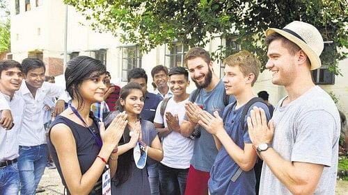இந்திய முறையில் வணக்கம் சொல்லும் மாணவர்கள்
