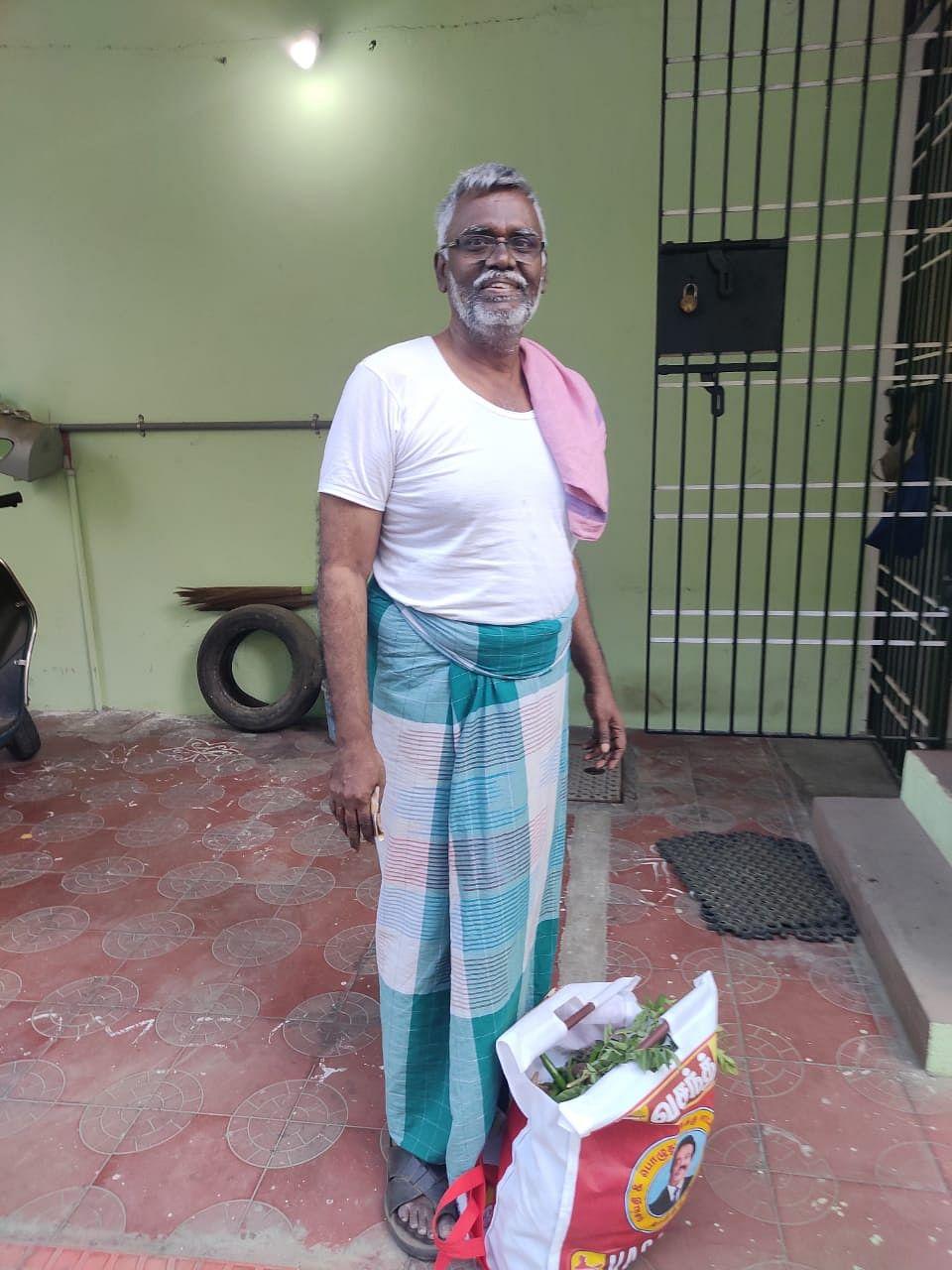 கொரோனா பாதிப்பு எதிரொலியாக தன்னார்வலர்கள் முதியவர்களுக்கு உதவி