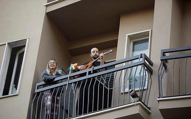 `இசையால் இணைந்த இத்தாலி மக்கள்' - நெட்டிசன்களை நெகிழ வைத்த வீடியோக்கள் #Corona
