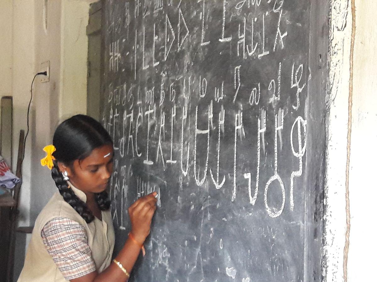 `பழங்கால தமிழ்க் கல்வெட்டுகளைப் படிப்பது எப்படி?' -கரூர் அரசுப் பள்ளிகளைக் கலக்கும் தமிழி பயிற்சி