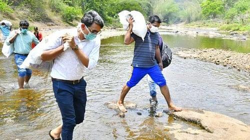 கொரோனா சுமை தூக்கிய மாவட்ட ஆட்சியர் , எம்.எல்.ஏ