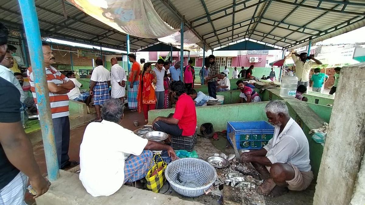 ஊரடங்கு நாளில் ராமநாதபுரம் மீன் மார்க்கெட்