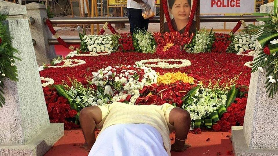 ஜெயலலிதா சமாதியில் பூங்குன்றன்