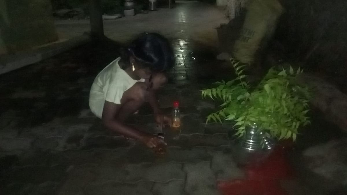 விளக்கேற்றும் சிறுமி