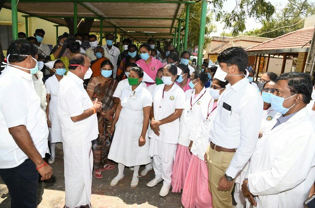 மருத்துவர்களுடன் உரையாடும் அமைச்சர் கடம்பூர் ராஜு