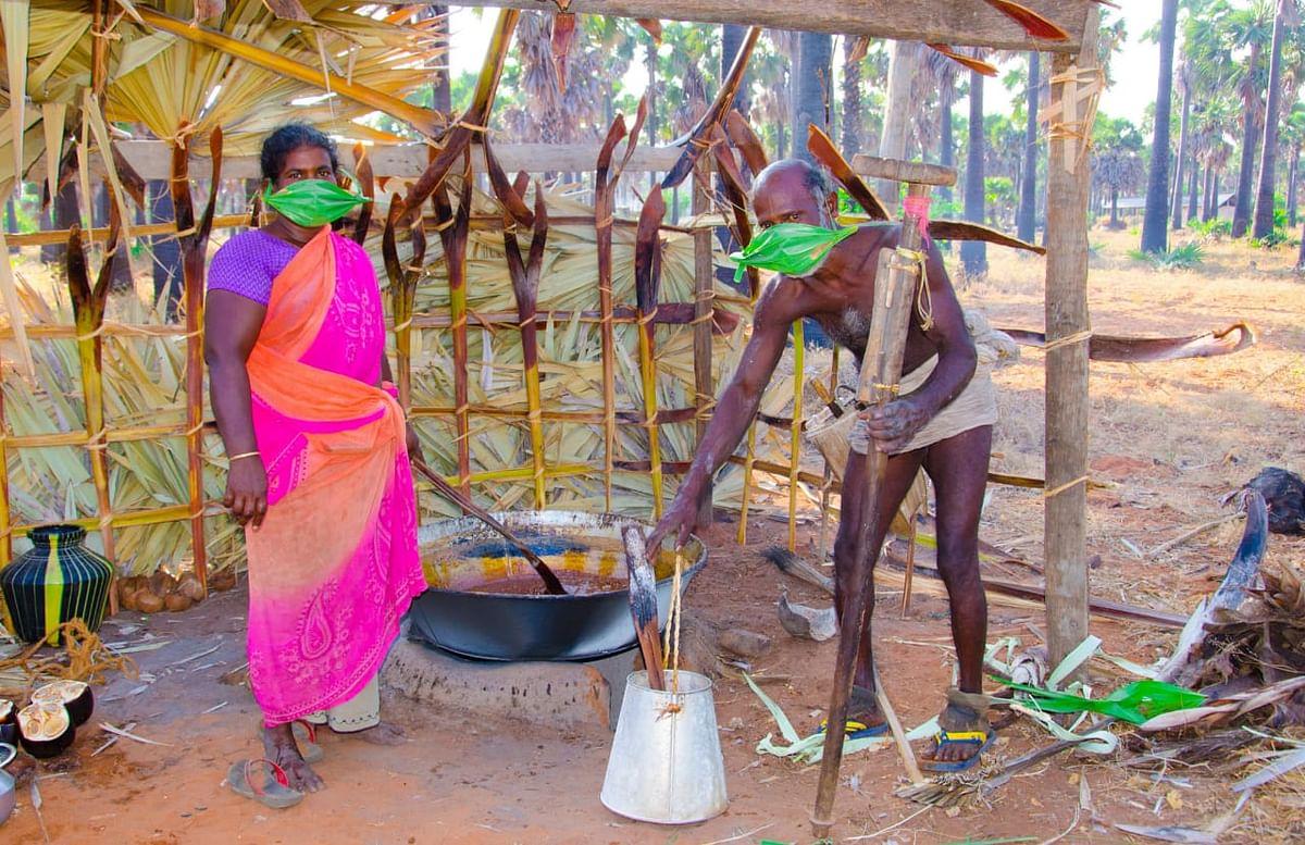 பனை ஓலையில் மாஸ்க் அணிந்த தம்பதிகள்