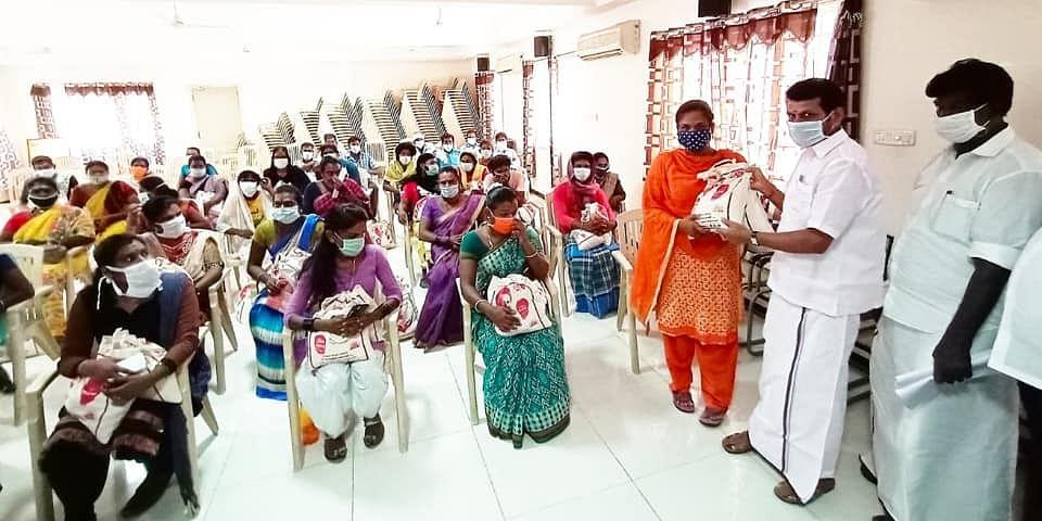 உதவிகள் வழங்கும் செந்தில் பாலாஜி