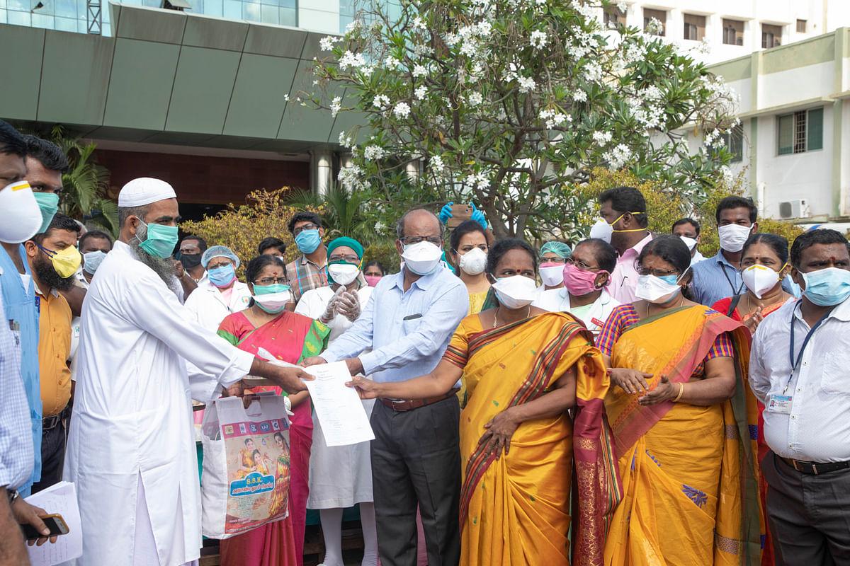 குணமடைந்தவர்களுடன் மாவட்ட கலெக்டர் சிவராசு
