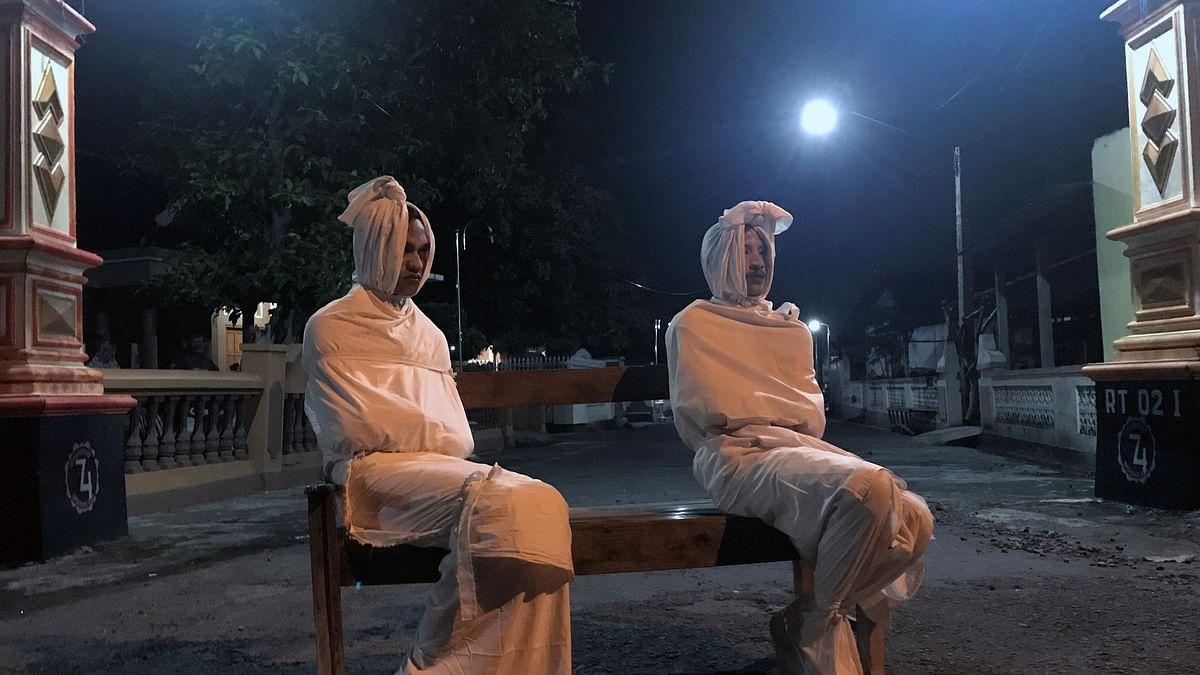 போகாங் பேய்போல் வேடமணிந்தவர்கள்