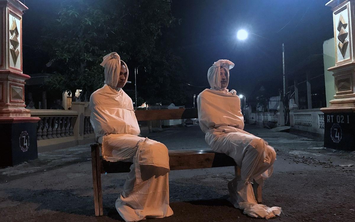 `ரோந்து வரும் போகாங் பேய் பொம்மைகள்!' - சமூக இடைவெளியில் அசத்தும் இந்தோனேசிய கிராமம்