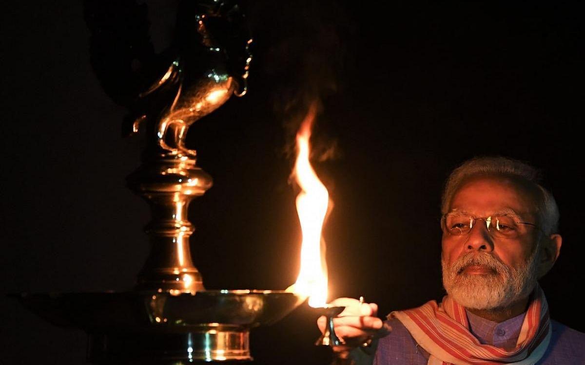 `விளக்கேற்றிய மோடி; மெழுகுவத்தி ரஜினி!' - விளக்கொளியில் மிளிர்ந்த இந்தியா #NowAtVikatan