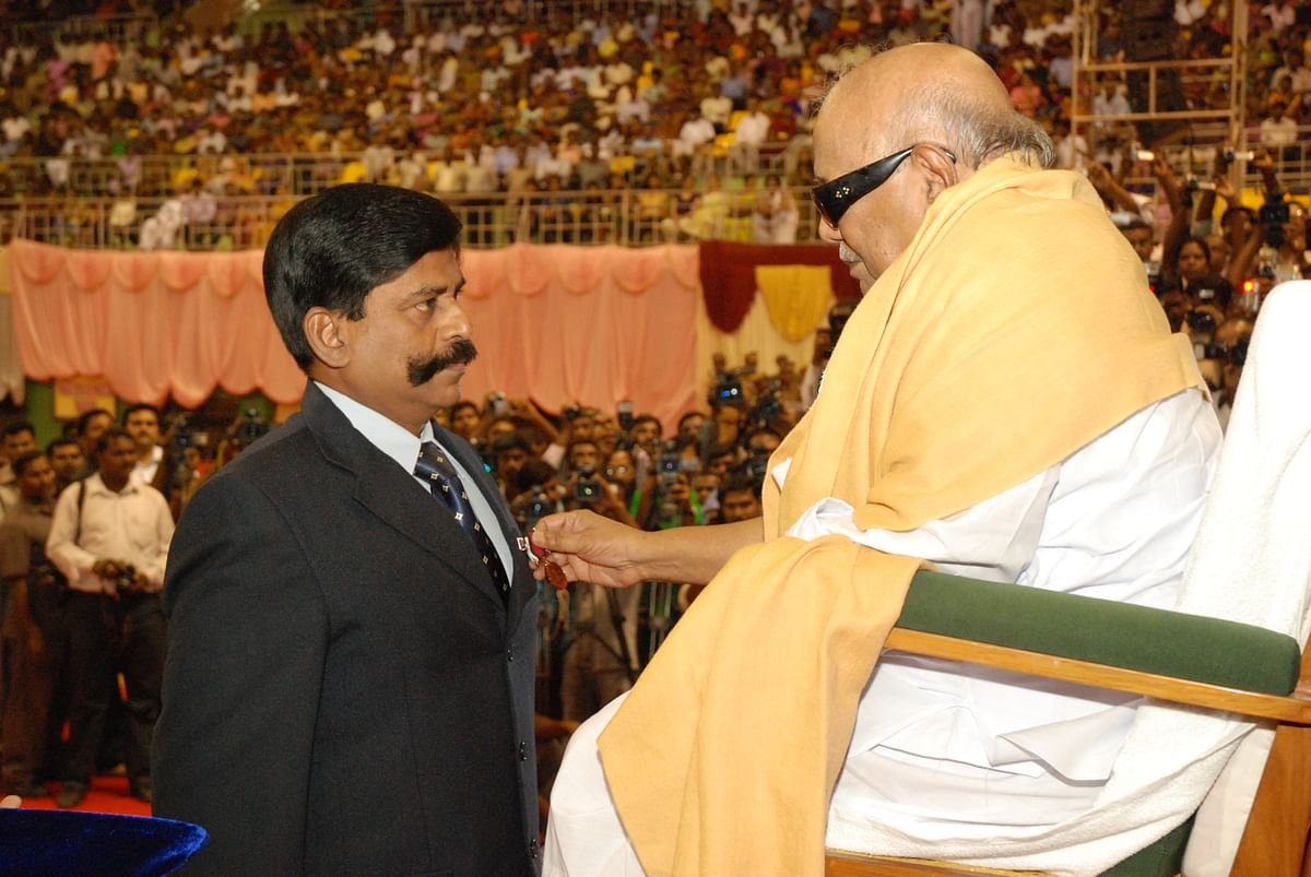 Kaliyamoorthy honoured by Karunanidhi
