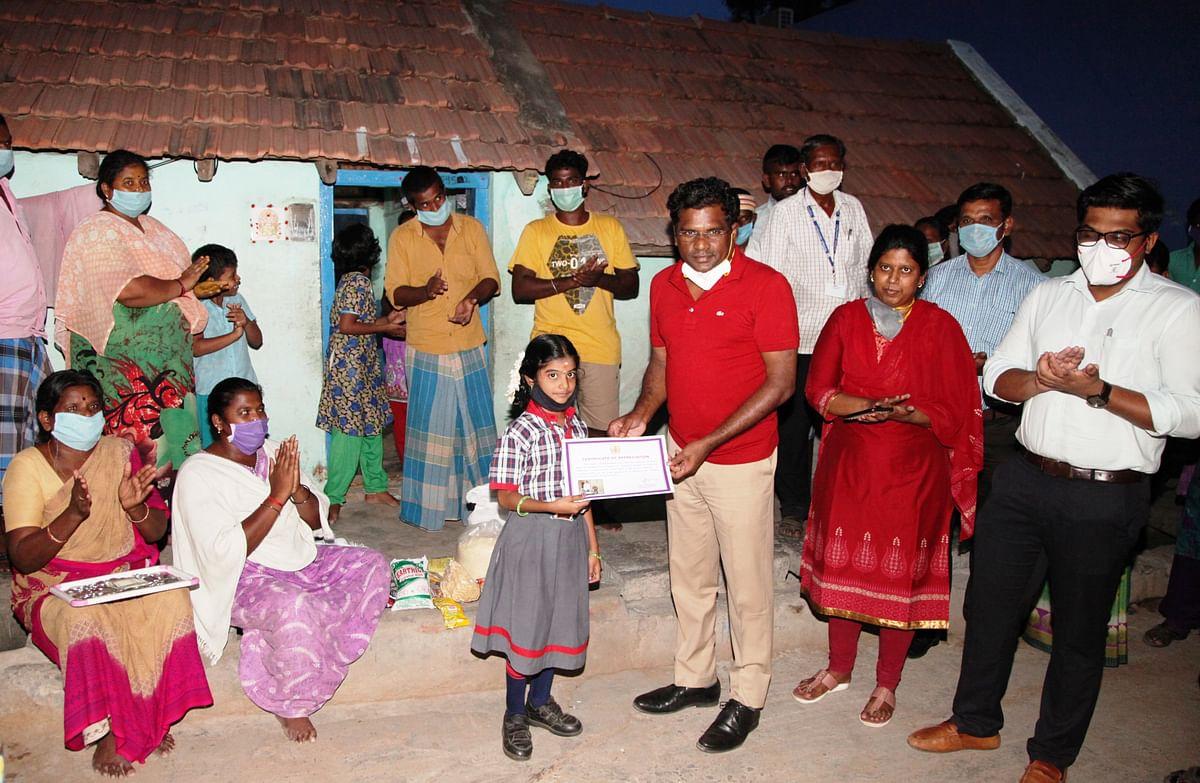 கோபிகாவுக்கு பாராட்டுச் சான்றிதழ் வழங்கும் ஆட்சியர் கந்தசாமி