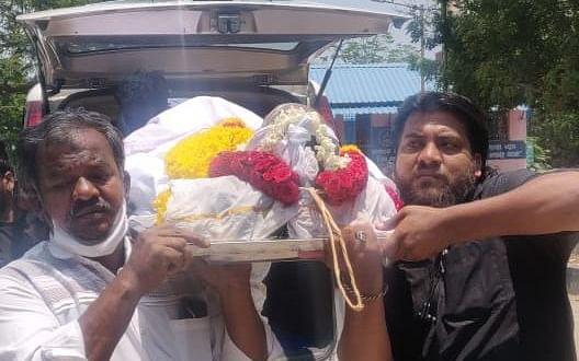கொரோனாவில் மலர்ந்த மனிதநேயம் -அரசு அதிகாரியின் சடலத்தை தகனம் செய்ய உதவிய த.மு.மு.க-வினர் #Lockdown