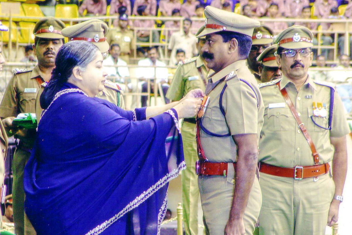 Kaliyamoorthy receiving award from Jayalalithaa