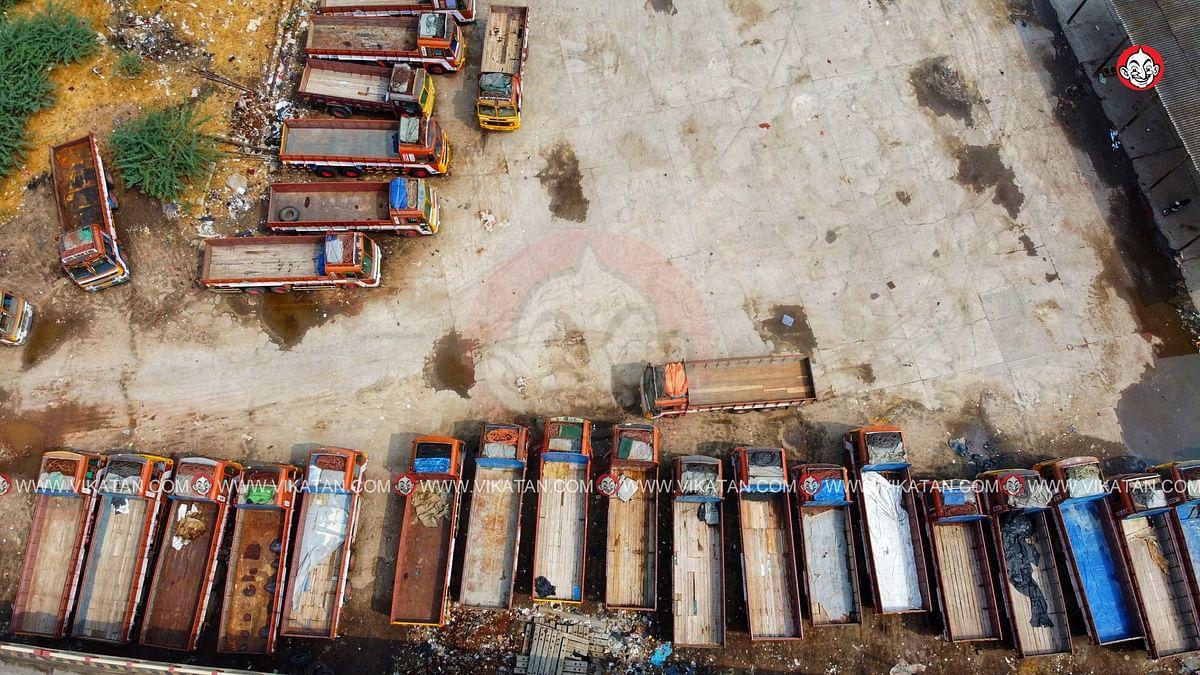 வடகோவை ரயில் நிலையத்தில் நிறுத்தப்பட்டிருக்கும் சரக்கு லாரிகள்