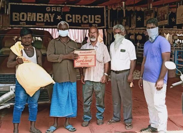 கொரோனா பாதிப்பில் உதவிய தன்னார்வலர்கள்