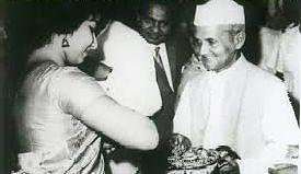லால்பகதூர் சாஸ்திரியிடம் நகையை கழற்றித் தரும் ஜெயலலிதா