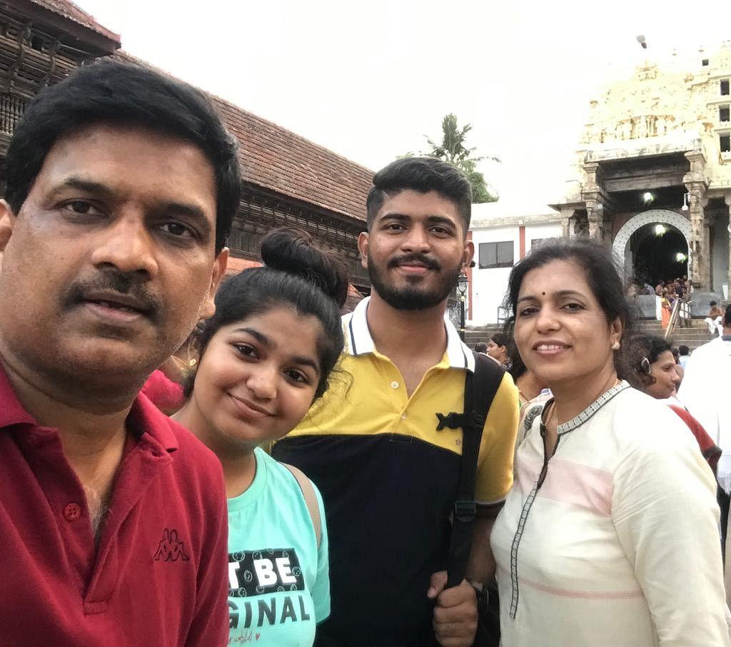 குடும்பத்துடன் மருத்துவர் செந்தில்குமார் ராஜகோபால்