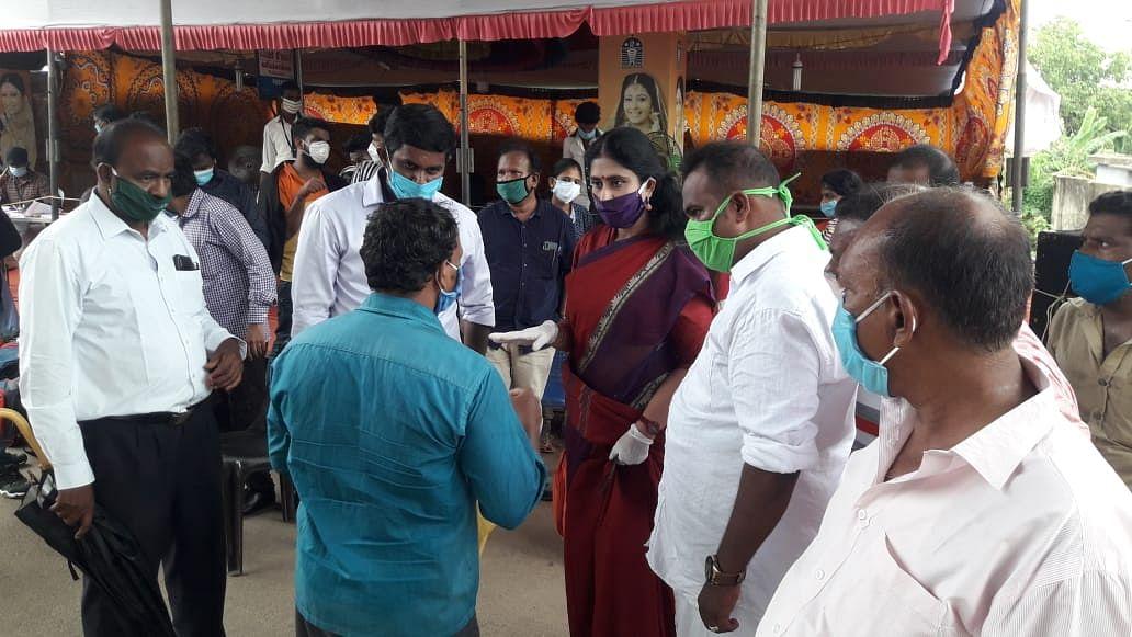 அதிகாரிகளிடம்  வாக்குவாதம் செய்யும்  விஜயதரணி