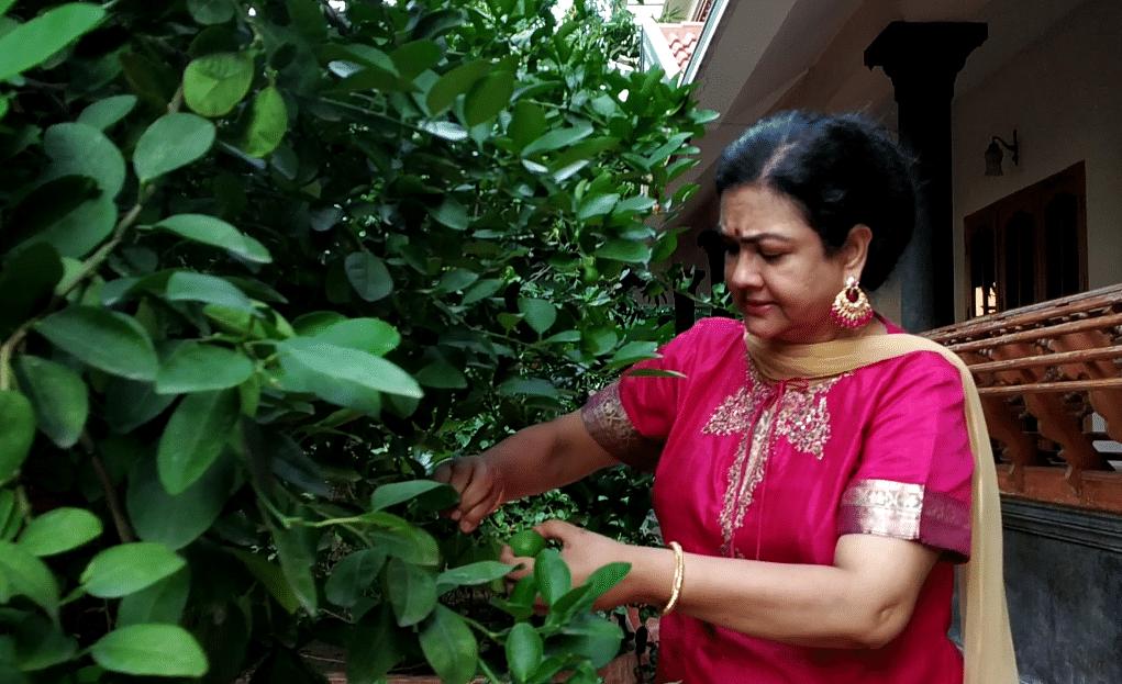 வீட்டுத் தோட்டத்தில் நடிகை ஊர்வசி