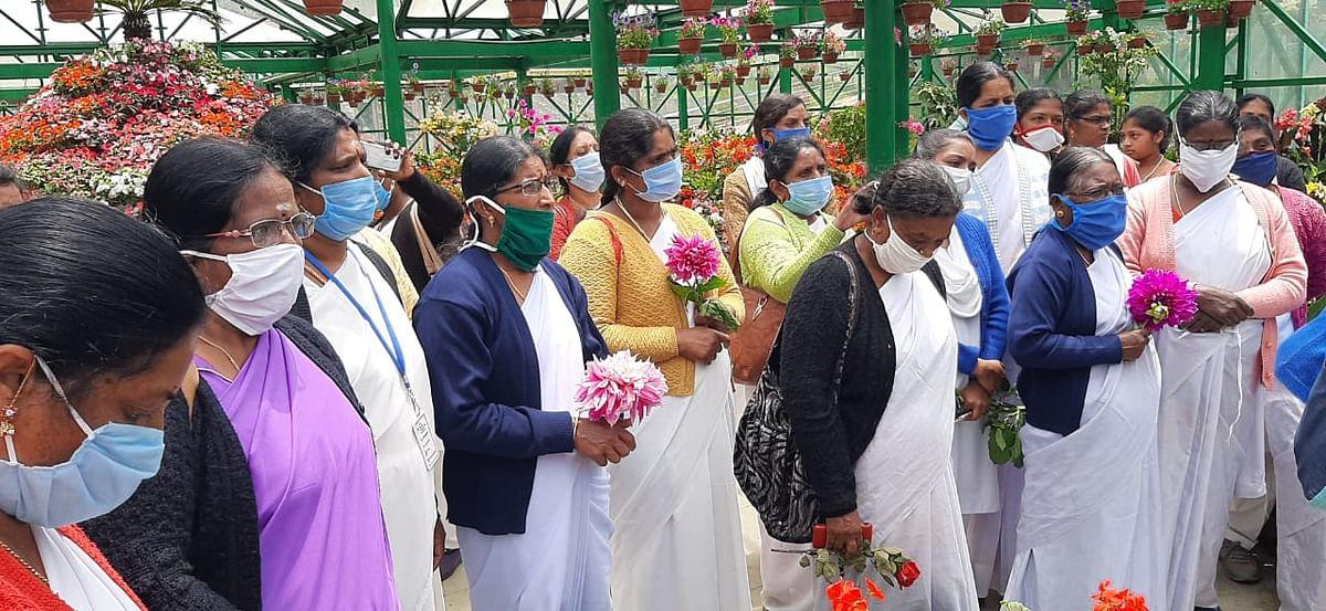 பூங்காவை  கண்டுரசிக்கும் மருத்துவப் பணியாளர்கள்