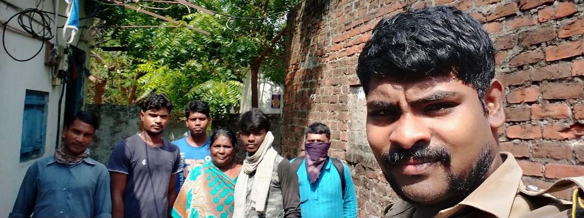 பீகார் தொழிலாளர்களுடன் ரஞ்சித்குமார்