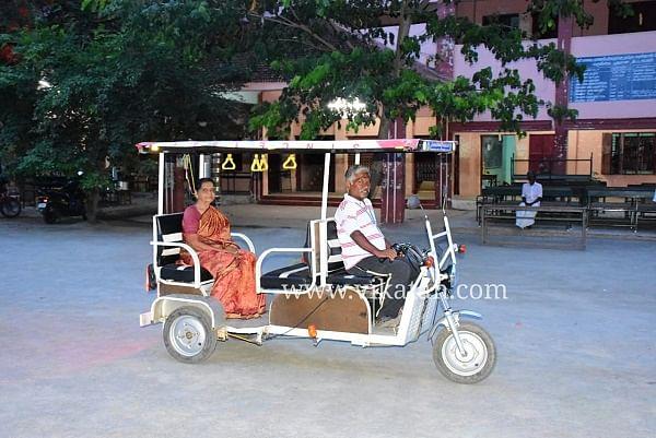 பேட்டரி காரில் கோமதி அம்மாள்
